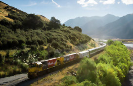 Kiwirail Tranzalpine train going round a bend